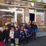 Les élèves devant la boulangerie de M. Jouve
