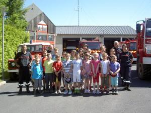 Photo souvenir de la visite aux pompiers des élèves de Sainte Colombe de Peyre.