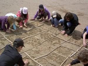 Activité land-art pendant le voyage scolaire des élèves de l'école Léon Dalle